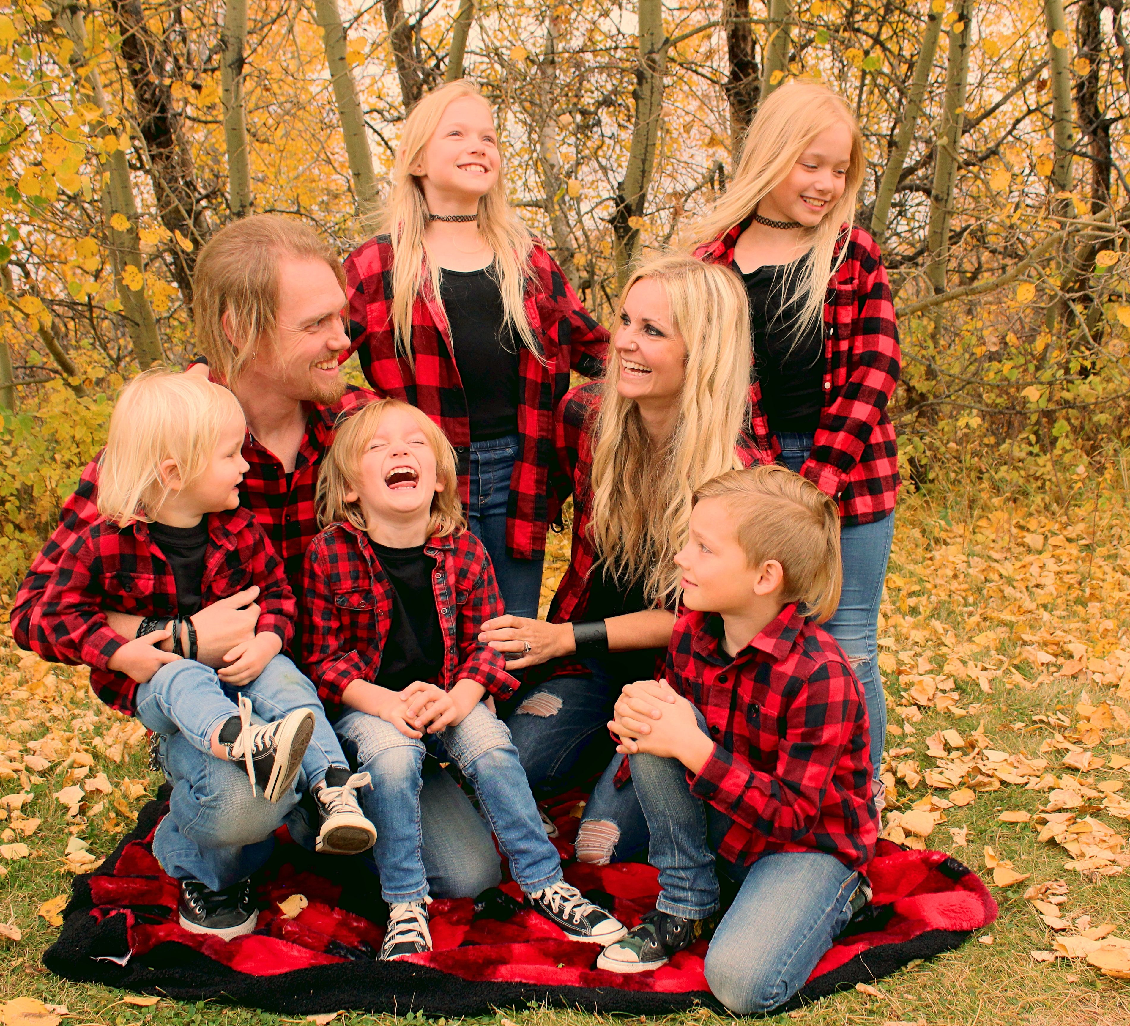 Little boy has the biggest belly laugh as his family tries to pose for a forest shoot