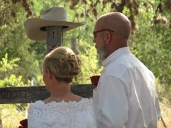 Funny photo shows woman with large cowboy hat at wedding