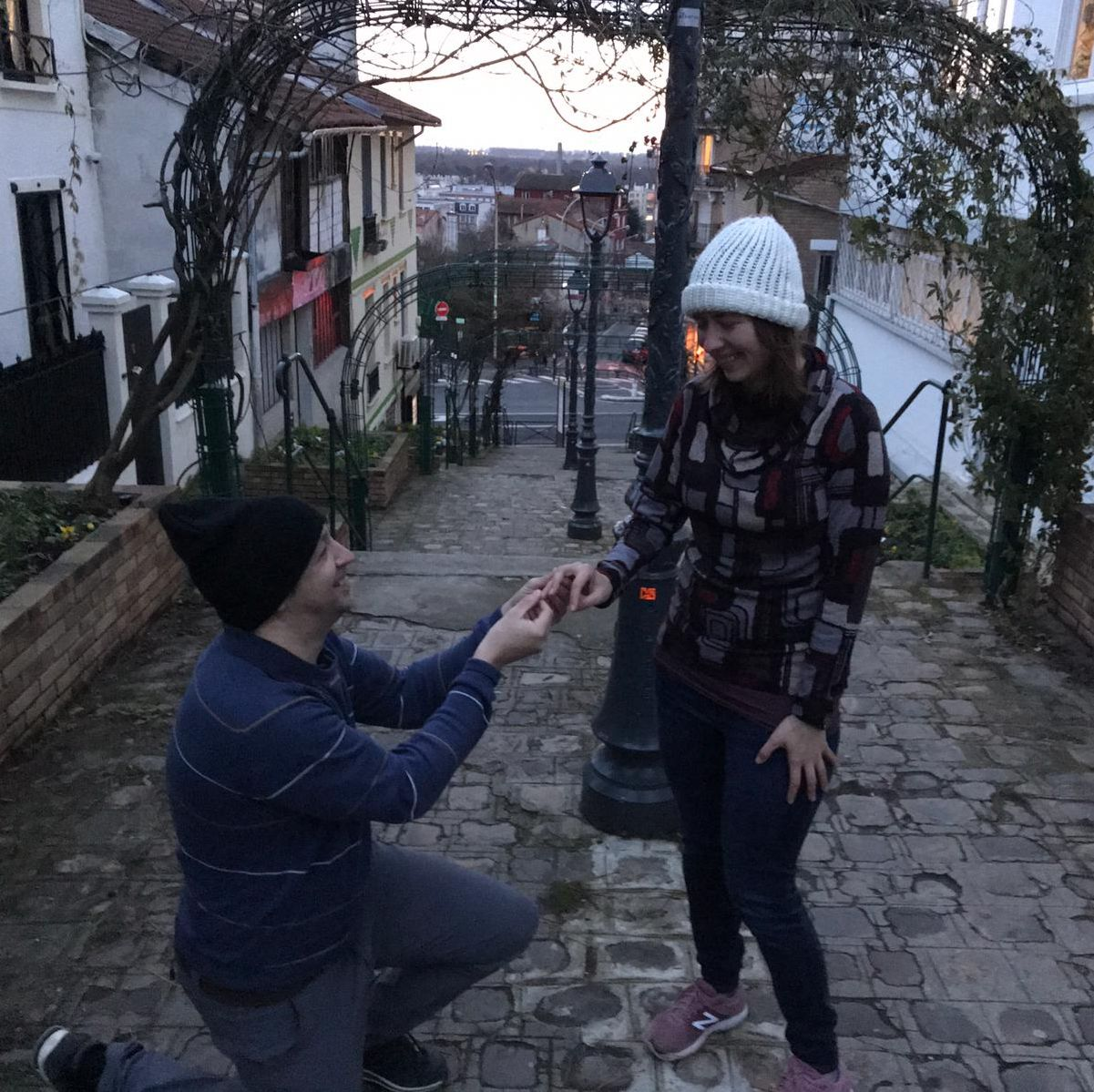 Man proposes on one knee in city