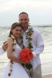 Beach hug for newlywed Christians. Hawaii single Christians marry